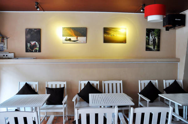Mỗi góc ngồi tại nhà hàng đều được tráng trí bằng những bức tranh nghệ thuật đặc sắc.