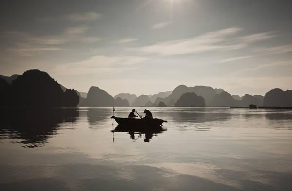 Câu cá lúc sáng sớm, gần Vịnh Hạ Long.