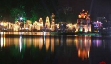 Hồ Gươm lung linh vào dịp Noel