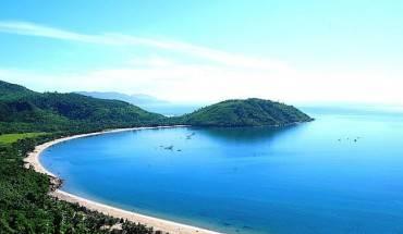 Bao quanh bán đảo Sơn Trà là vòng cung bờ biển tuyệt đẹp.