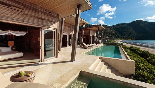 Thiết kế mở cho du khách hòa mình vào thiên nhiên và ngắm cảnh biển đẹp tuyệt vời với nội thất sang trọng, nhã nhặn.