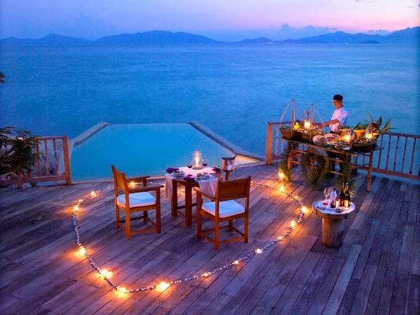 Bữa ăn tối lãng mạn trên bờ biển dành cho những cặp đôi đủ làm xiêu lòng bất cứ ai.