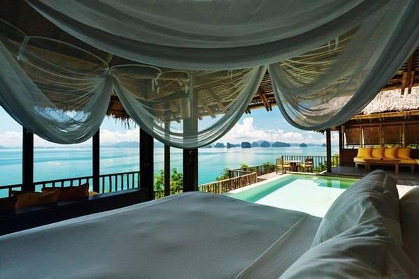 Biệt thự hướng biển số 5 của Six Senses tại vịnh Ninh Vân, Nha Trang, là căn phòng được chọn, với bể bơi được thiết kế hài hòa với vách đá, một cầu thang riêng dẫn xuống biển và nội thất sang trọng tạo ra không khí lãng mạn và riêng tư cho bất cứ cặp đôi nào.