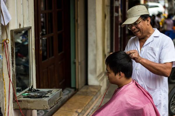 Cảm nhận vẻ đẹp xung quanh bằng cách đi lang thang trên các con phố của Hà Nội, Việt Nam