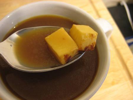 Cafe bơ Kaffeost, Phần Lan có hương vị đặc trưng của pho mát. Tách cafe được dùng kèm với những miếng pho mát cắt nhỏ