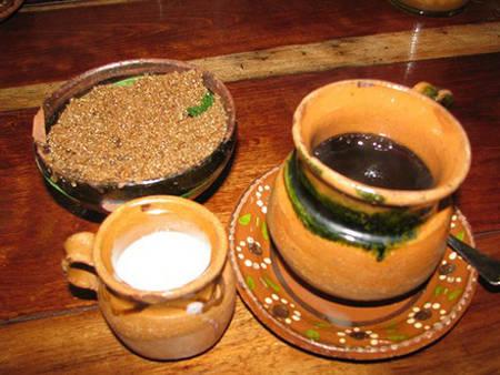 Cafe truyền thống kiểu Mexico phải đựng trong cốc đất sét để giữ nguyên mùi vị. Chúng được uống kèm một miếng quế và đường nâu