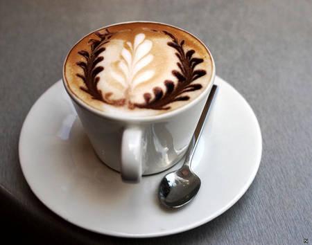 Cafe Capuchino bao gồm ba phần đều nhau: cà phê espresso pha với một lượng nước gấp đôi, sữa nóng và sữa sủi bọt. Để hoàn thiện khẩu vị, người ta thường rải lên trên tách cà phê cappuccino là bột ca cao hoặc bột quế. Trong các quán cà phê ở Ý, người pha chế thường dùng khuôn hay khuấy điệu nghệ trong lúc rắc bột để tạo thành các hình nghệ thuật.