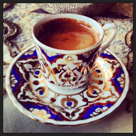 Cafe Türk Kahvesi của Thổ Nhĩ Kỳ độc đáo từ nguyên liệu cho tới cách pha chế. Bột cafe được nghiền nhuyễn sau đó đun nóng tới khi đặc quánh lại mới rót ra tách. Để tăng thêm hương vị, người pha chế còn cho thêm nhục đậu khấu và một số hương liệu khác.