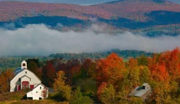 """Cứ đến giữa tháng 9, đầu tháng 10, """"tiểu bang thơ mộng"""" Vermont lại chuyển sắc, trở thành một trong những thành phố đẹp nhất nước Mỹ."""