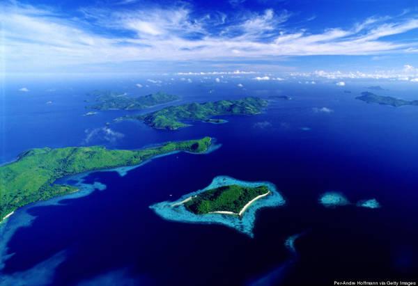 Palawan nổi tiếng với địa hình, địa chất đa dạng. Những hòn đảo với các vách đá dựng đứng, các hang động kì bí, thạch nhủ lởm chởm, các khu rừng rậm và sương mù bao phủ dãy núi.