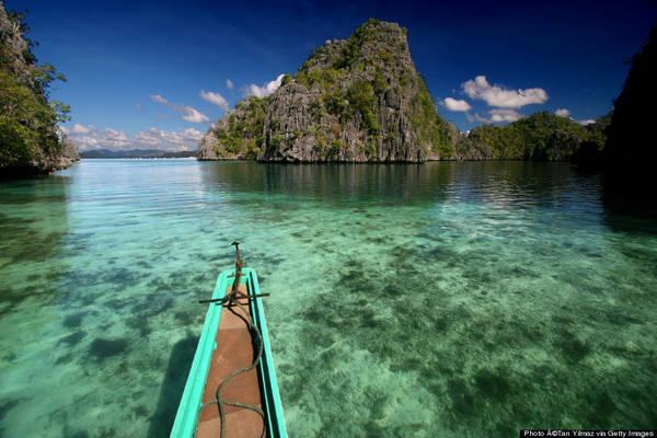 Lướt ván diều, lặn biển, đi bè và chèo thuyền kayak là những trải nghiệm thú vị bạn có thể làm tại Palawan.