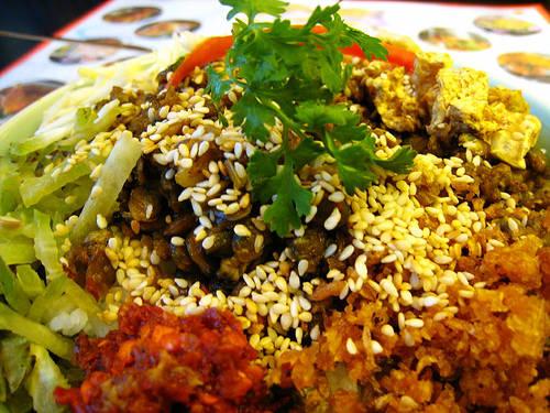 Món ăn gồm cơm nguội, hến cùng ít rau sống trộn đều lên và thưởng thức