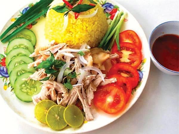 Đĩa cơm gà Tam Kỳ như bức tranh ẩm thực