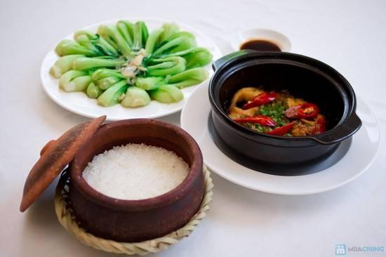 Thưởng thức cơm niêu với các món cá kho tiêu, kho tộ cùng bát canh rau xanh mát