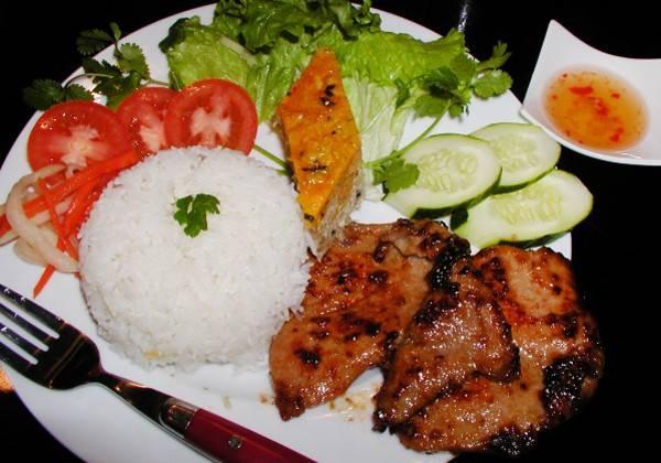 Cơm tấm là món ăn bình dị nhưng nổi tiếng của đất Sài Gòn