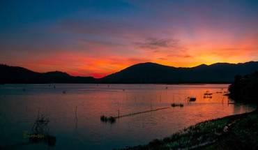 Bình minh trên hồ Lắk, một trong những hồ nước nổi tiếng ở Tây Nguyên. Ảnh: Bimsu.