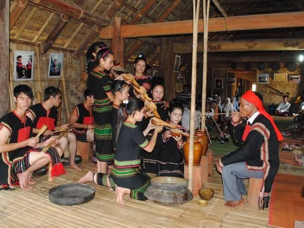 Mừng lúa mới là một phong tục truyền thống của người Ê Đê cũng như các dân tộc Tây Nguyên.