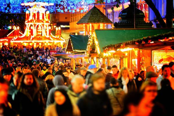 Trước ngày lễ, khắp nơi ở châu Âu mọi người sẽ đổ ra đường vui chơi mua sắm