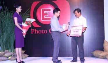 Tác giả Tô Công Vinh nhận giải nhất ảnh Khoảnh khắc Cuộc sống từ Trưởng ban tổ chức và Hoa hậu Hà Kiều Anh.