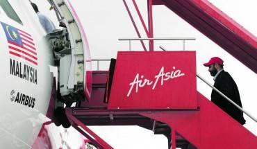 Một hành khách đang lên máy bay của hãng AirAsia. Ảnh: Don Wong