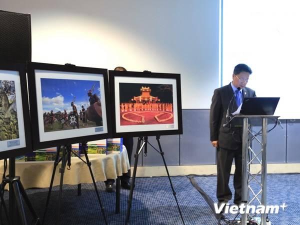Thứ trưởng Bộ Văn hóa-Thể thao và Du lịch Hồ Anh Tuấn giới thiệu sản phẩm du lịch Việt Nam trong khuôn khổ Hội chợ Du lịch thế giới 2014 ở London, Anh.