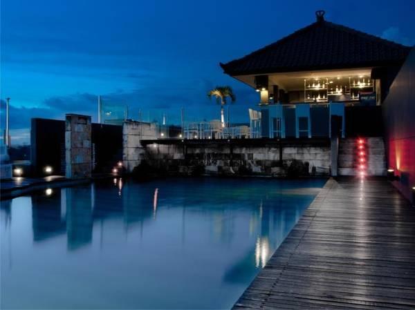 Hồ bơi và quầy bar tại khách sạn J Boutique