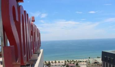 Khách sạn có vị trí thuận lợi sát biển Mỹ Khê. Ảnh: iVIVU.com