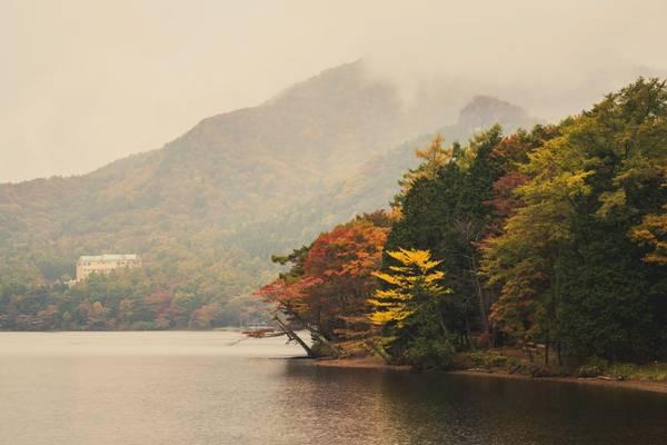 Cảnh sắc mùa thu thơ mộng trên hồ Haruna.