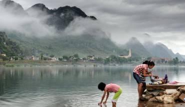 Những người dân bản địa giặt quần áo ngay trên sông
