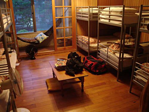 Thuê các nhà trọ bình dân, nhà nghỉ hay ký túc xá để ngủ qua đêm là một giải pháp kinh tế hữu hiệu được nhiều du khách sử dụng.