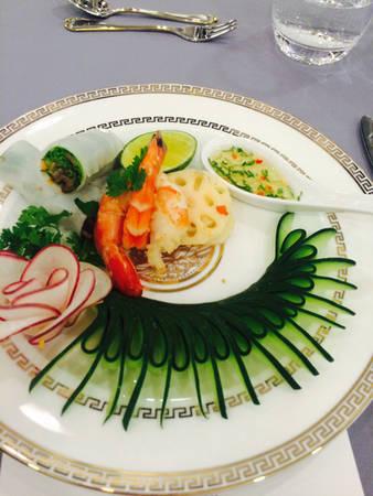 Món khai vị gồm có gỏi củ sen hải sản và phở cuốn bò nướng lụi được trình bày bắt mắt.