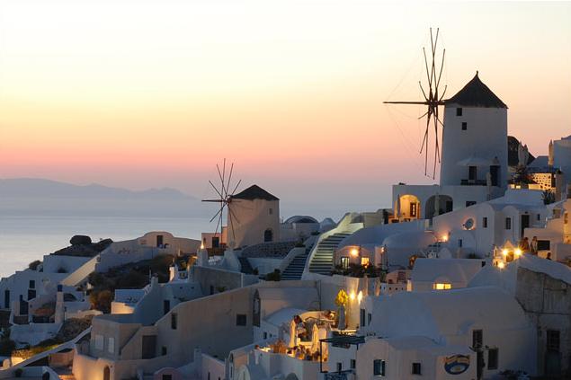 Santorini thu hút nhiều cặp tình nhân tới chụp ảnh cưới và các đôi vợ chồng trẻ tới hưởng tuần trăng mật bởi vẻ đẹp thanh bình, lãng mạn.