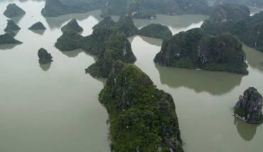 """Hình ảnh của Vịnh Hạ Long ở Việt Nam được chụp từ một thủy phi cơ vào tháng 9/2014. Vịnh có hơn 2.000 hòn đảo lớn nhỏ. Tên gọi Vịnh Hạ Long có nghĩa là """"nơi rồng xuống biển""""."""