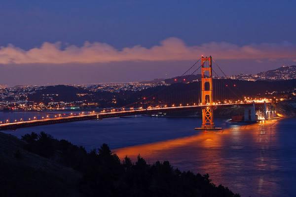 Cầu Cổng Vàng về đêm.
