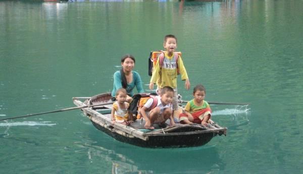 Các em nhỏ sinh sống trên làng chài ở Vịnh Hạ Long.