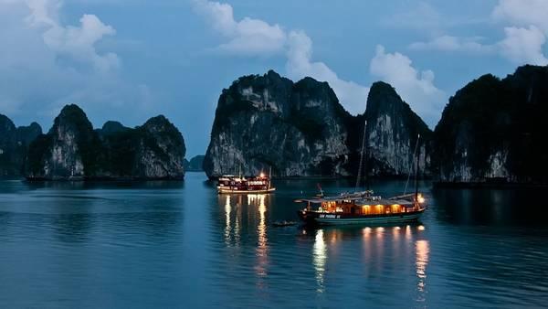 Ngủ đêm trên tàu khi du lịch, du khách sẽ có cơ hội ngắm cảnh biển về đêm đẹp lung linh.