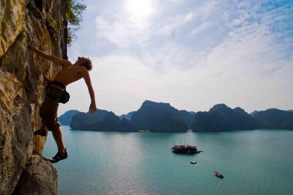 Chinh phục những vách núi kỳ vĩ của Vịnh Hạ Long sẽ là trải nghiệm khiến du khách không thể nào quên.