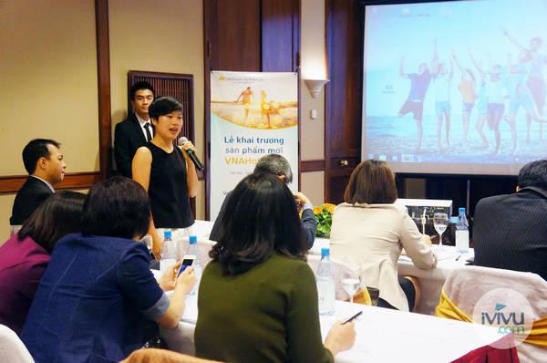 Bà Đỗ Thị Thuý Hằng, Tổng giám đốc iVIVU.com trả lời các câu hỏi liên quan đến sản phẩm VNA Holidays đến từ đại diện các cô quan báo chí. Ảnh: iVIVU.com