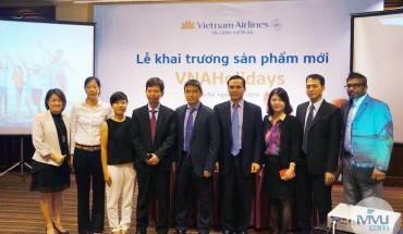 Đại diện của Vietnam Airlines cùng iVIVU.com chụp hình lưu niệm sau buổi lễ. Ảnh: iVIVU.com