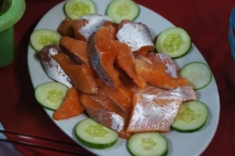 Cá hồi Sapa có màu bắt mắt được chế biến thành các món ngon như lẩu, chiên xù...