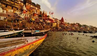 10. Nằm bên bờ sông Hằng,Varanasi là một trong những thành phố có dân cư sinh sống lâu đời nhất trên thế giới. Đặc biệt, người dân Varanasi coi việc tắm mình trong dòng sông Hằng linh thiêng vào buổi sáng là cách để rửa sạch mọi tội lỗi trên đời. Ảnh: Roughguides