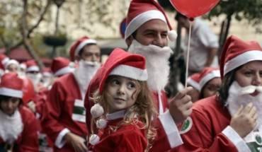 Tại thủ đô Athens, Hy Lạp, trẻ em cũng hào hứng tham gia sự kiện chạy bộ cùng ông gia Noel