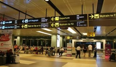 Sau khi ra khỏi khu vực thủ tục nhập cảnh Singapore tại Nhà ga số 1 của sân bay Changi, bạn rẽ trái theo hướng mũi tên chỉ dẫn Skytrain to T2 để đón tàu điện miễn phí từ Nhà ga số 1 sang Nhà ga số 2, vì trạm tàu điện ngầm đi vào trung tâm tọa lạc ở Nhà ga số 2. Ảnh: Vnexpress