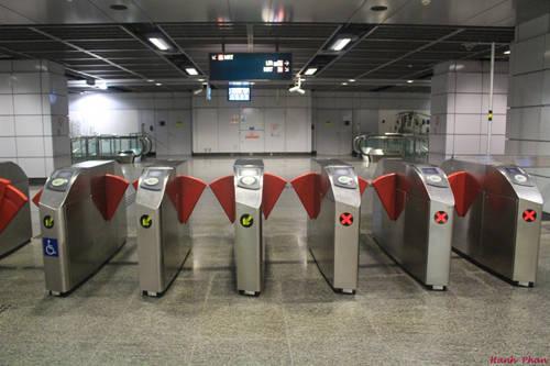 Trước khi bước vào các trạm tàu điện ngầm, bạn cần đặt thẻ lên mặt trên của một trong các cửa soát vé tự động.