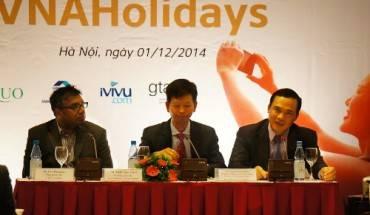 Ông Nguyễn Mạnh Quân (ngoài cùng bên phải) cam kết giá vé sẽ rẻ hơn nếu du khách đặt mua qua dịch vụ VNA Holidays. Ảnh: Diệu Huyền