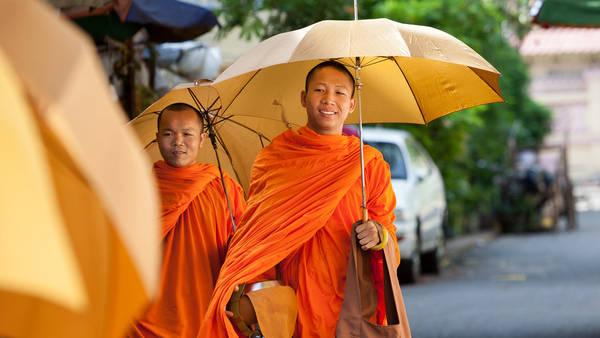 Hình ảnh những vị sư đi khất thực trên đường phố Phnom Penh.