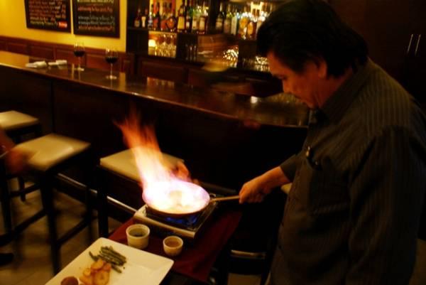 Đầu bếp nhà hàng Armand đang chế biến món ăn trước mặt thực khách.