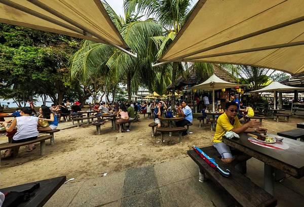 Tại Food Village East Coast Lagoon du khách dễ dàng tìm thấy những món ăn dân dã địa phương với giá cả khá hợp lý.