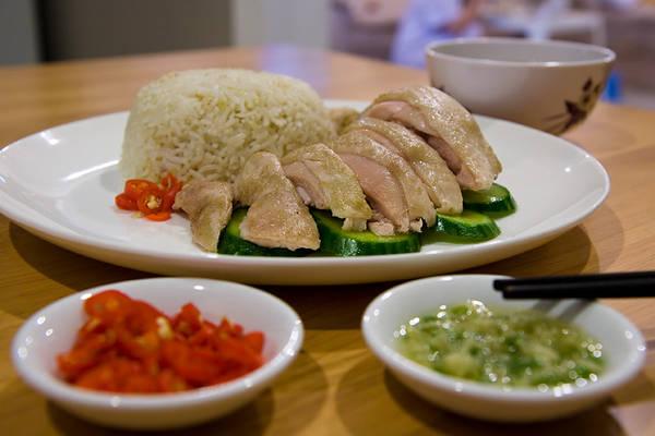 Du khách sẽ dễ dàng tìm được món Cơm gà Hải Nam ở bất kỳ tiệm ăn nào tại Singapore.