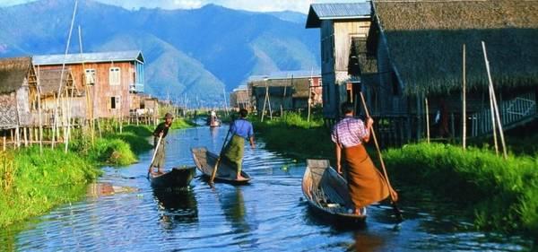 Hành trình du lịch bằng thuyền sẽ đưa du khách đi chiêm ngưỡng khung thiên nhiên tuyệt đẹp.